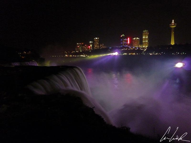 Le soir, les chutes du Niagara prennent un tout autre visage éclairées par des projecteurs colorés. Ici c'est un beau violet.