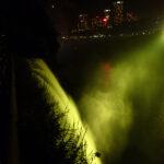 Quelle surprise de découvrir les chutes du Niagara, le soir, parées de leur habit de lumière. Ici c'est un beau jaune.