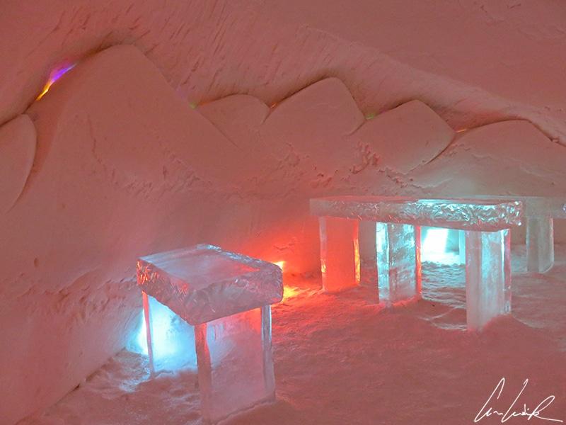 L'ambiance (presque) chaleureuse et rassurante du bar-restaurant orangé à l'hôtel de glace d'Enontekiö. C'est que vous pourrez siroter votre boisson givrée !