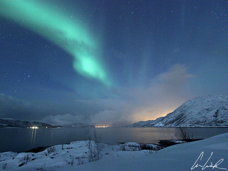 Ne faîtes pas de l'aurore boréale l'unique sujet de votre photo. Pensez à cadrer une montagne en arrière-plan et ajoutez un lac ou un fjord.