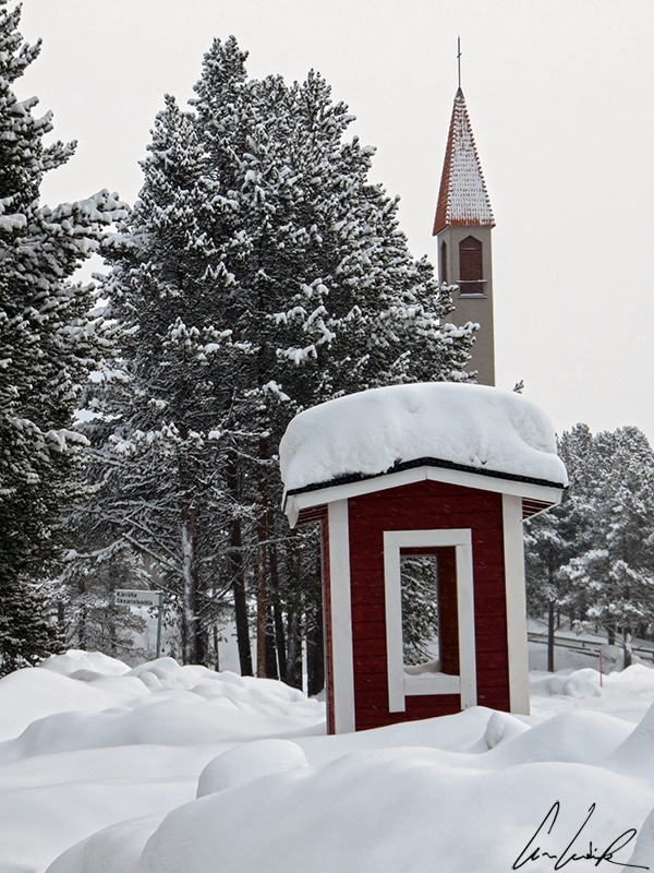 Le clocher de l'église d'Enontekiö, située dans le village de Hetta en Finlande, peut être vu de loin. L'église elle-même est située sur une petite colline, juste à côté du lac Ounasjärvi.