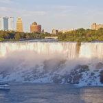 Si les chutes américaines (American Falls) et le « voile de la mariée » sont plus petites et moins impressionnantes, elles sont néanmoins magnifiques baignées sous la lumière du soleil.